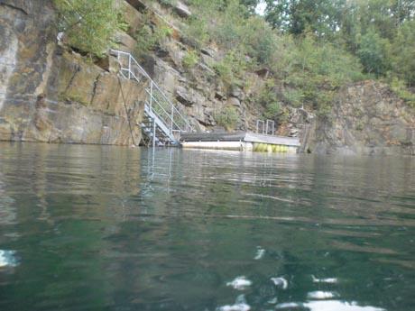 Tauschee Horka: Einstieg und Schwimmplattform vom Wasser aus gesehen