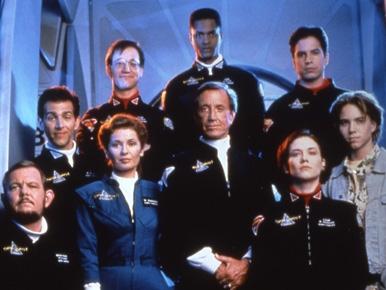 Die Besatzung der seaQuest in Staffel 1: Ganz hinten Ford, davor O'Neill (links) und Ortiz; links versetzt Krieg, vordere Reihe (von links) Crocker, Westphalen, Bridger, Wolenczak; ganz vorne Hitchcock. / (c) by UNIVERSAL & AMBLIN ENTERTAINMENT