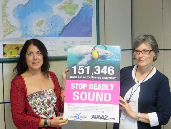 Ainhoa Pérez Puyol (links), Vertreterin des spanischen Umweltministeriums erhält am 4. August 2014 von Sigrid Lüber (rechts), Präsidentin von OceanCare, die Petition von OceanCare und AVAAZ überreicht. Bild: OceanCare